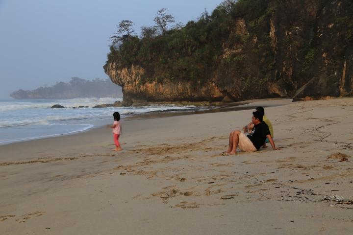 Menikmati pagi di Goa Langir.