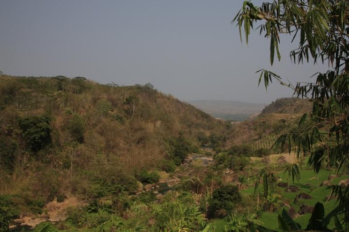 View dari jalan terjal menuju Curug Awang dapat menghilangkan lelah sesaat.