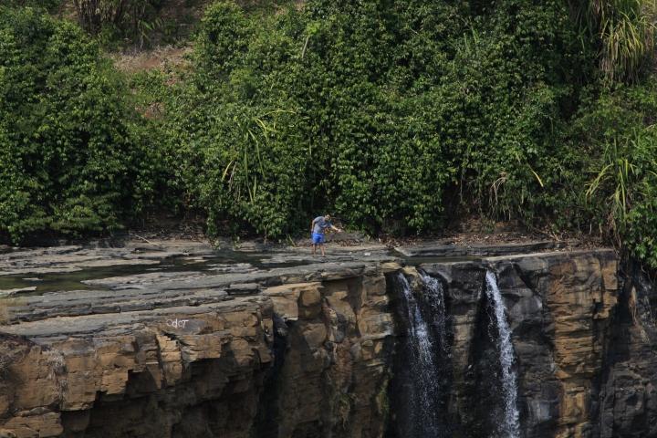 Dikala musim kemarau panjang, kita bisa berjalan di atas tebing Curug Awang tapi tetap harus hati-hati ya.