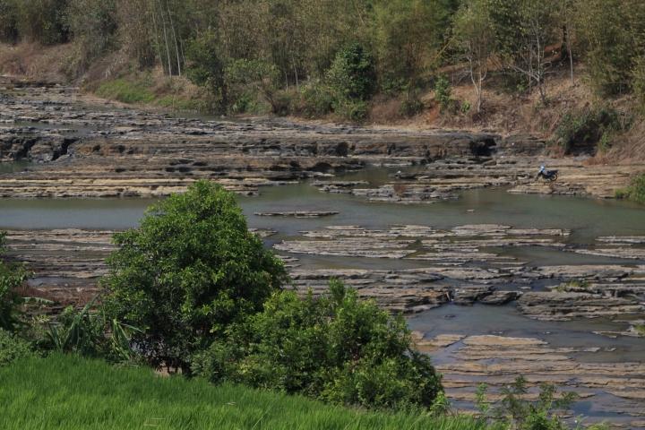 Batu-batu tua di aliran sungai Cileteuh (di atas Curug Awang)